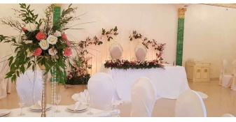 Свадьба Император холл живые цветы стол